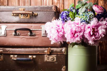 Strauß Pfingstrosen und Vintage-Koffer