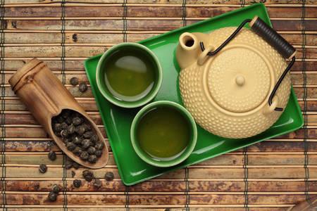 Чайник і чашки із зеленим чаєм