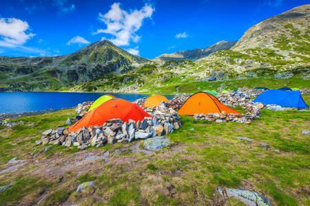 Namioty turystyczne nad brzegiem jeziora Bukura
