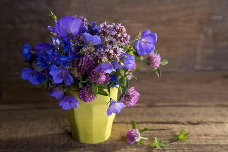 Flores silvestres en un jarrón