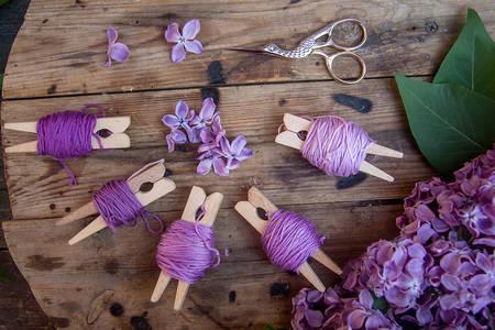 Lila szálak és lila virágok