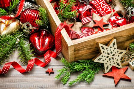 Vánoční ozdoby v dřevěné krabici
