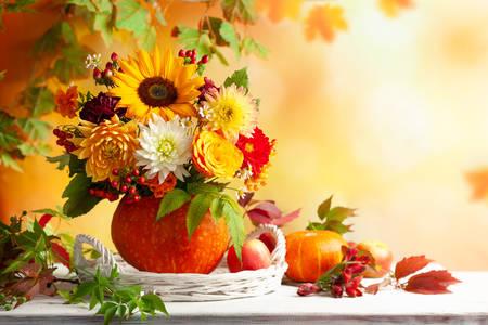 Букет цветя и горски плодове в тиква