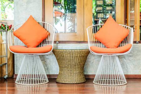 Kovové židle v interiéru
