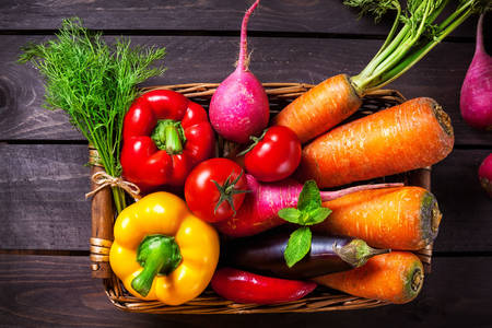 Λαχανικά σε ψάθινο καλάθι