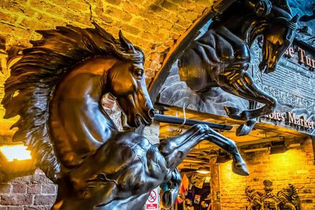 Posąg konia z brązu
