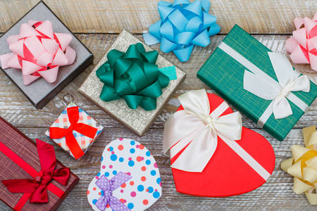 Darčekové krabičky na drevenom pozadí