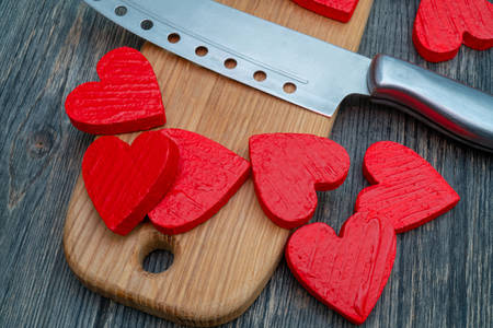 Rote Herzen auf Holzbrett