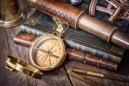 Компас, підзорна труба і старовинні книги
