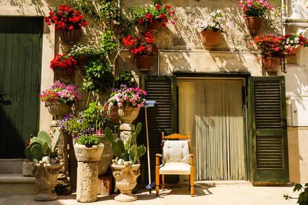 Facciata di una vecchia casa con fiori