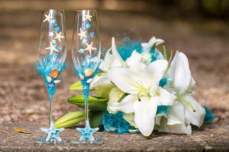 Hochzeitsgläser und ein Blumenstrauß im nautischen Stil