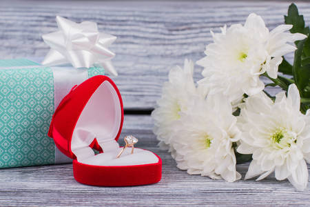Кільце з діамантом в червоній коробці