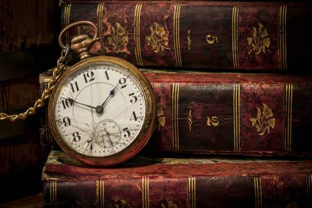Старые часы и книги