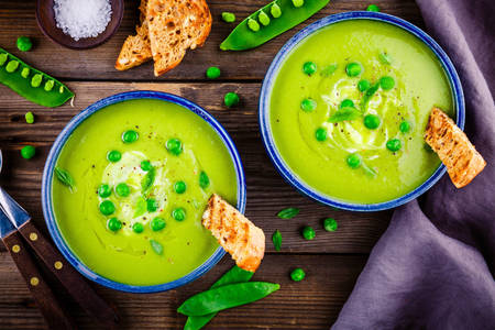 Sopa de purê com ervilhas verdes