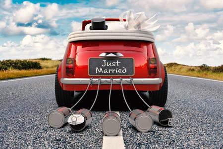 Les jeunes mariés sur une voiture rétro