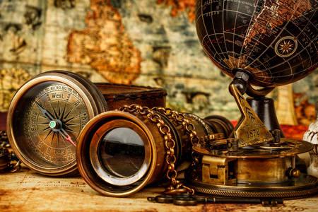 Старинные предметы на столе