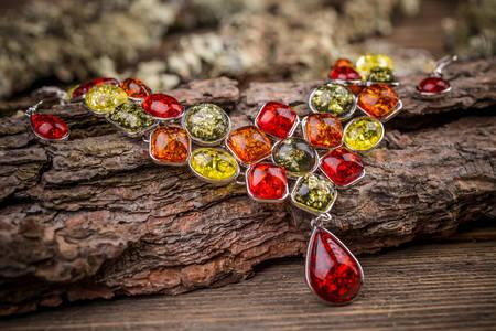 Ogrlica sa kamenjem u više boja