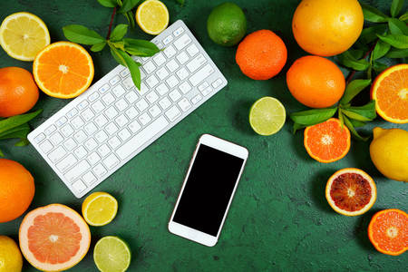 Clavier, smartphone et agrumes