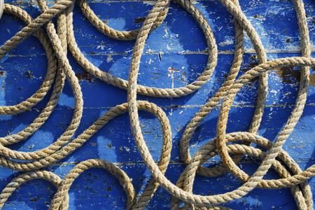 Corde de bateau sur fond bleu