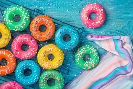 Пончики с разноцветной глазурью