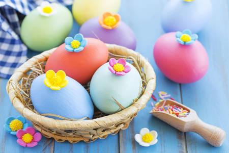 Veľkonočné vajíčka s kvetinovou výzdobou
