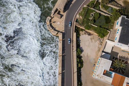 Вид згори моря і набережної дороги