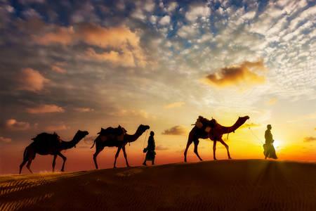 Karavan při západu slunce