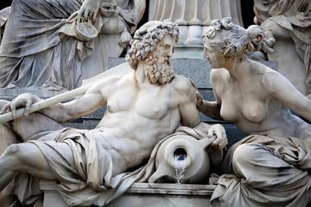 Estátuas na fonte Pallas Athena