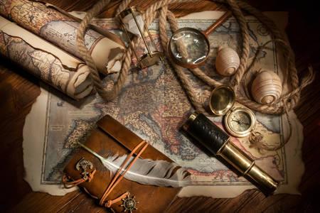 Vintage χάρτες και αντικείμενα