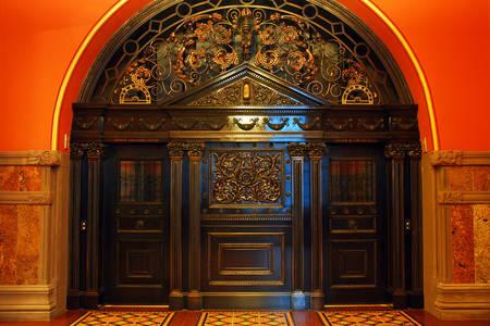 Двери лифта Капитолия штата Нью-Йорк