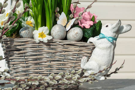 Uskršnji zeka na korpi cveća