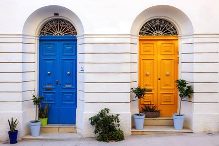 Portas maltesas coloridas