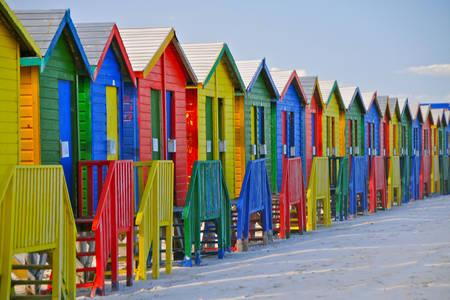 Farbige Strandhäuser in Kapstadt