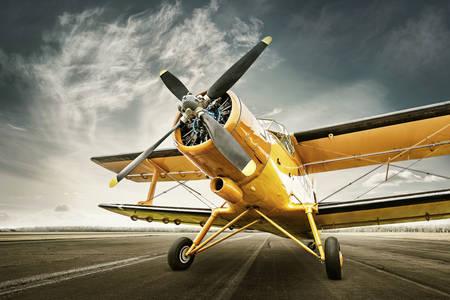 Стар самолет на пистата