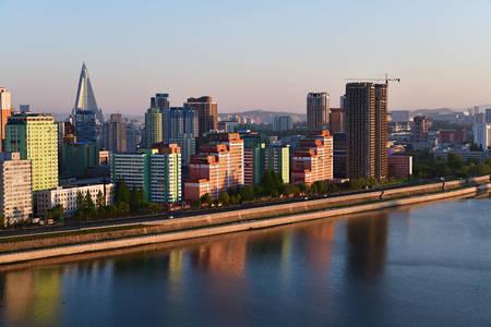 Vue des maisons et de la rivière Taedong à Pyongyang