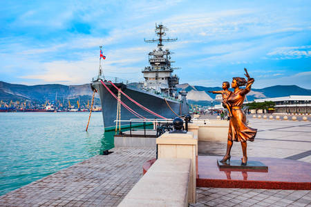 """Monument to the Seaman's Wife and the Cruiser """"Mikhail Kutuzov"""""""