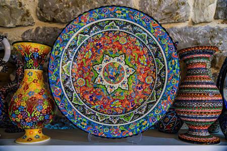 El boyaması tabak ve vazolar