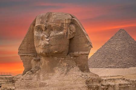 Sfinxul pe fundalul piramidei Cheops