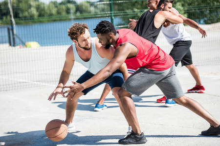 Muži hrajúci basketbal