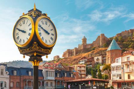 Ceasul orașului și cetatea Narikala