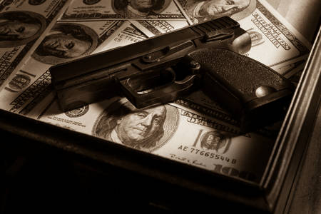 Pistola y dólares