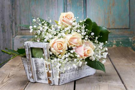 Roses dans une boîte en bois