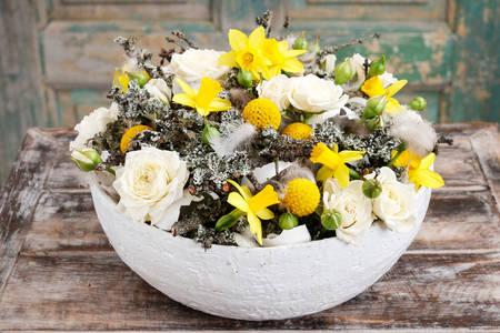 Arranjo de flores com narcisos e rosas