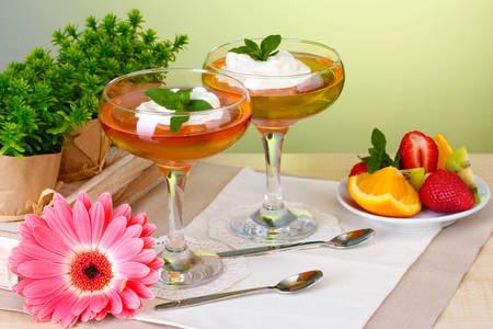 Желе и плодове на масата