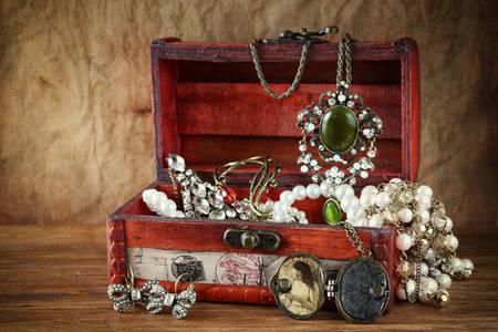 Vintage sieraden in een sieradendoosje