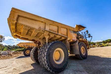 Camiones volquete en un sitio en construcción