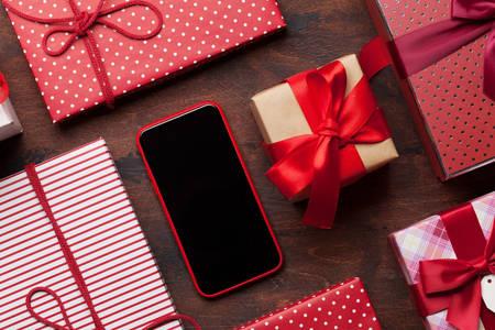 Smartphone e caixas de presente