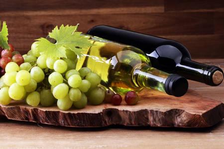 Grožđe i vino na drvenoj dasci
