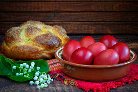 Kozunak e ovos de Páscoa na mesa