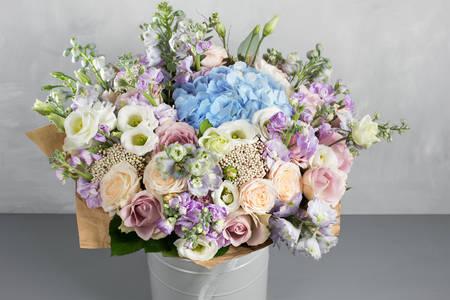 Μπουκέτο λουλούδια σε γκρι φόντο